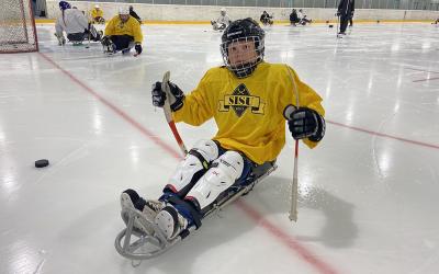 Acme-säätiön lahjoitus tuo jääkiekkokelkkoja ja koripallopelituoleja nuorille